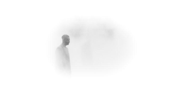 Postać człowieka we mgle