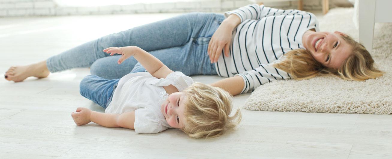 matka z dzieckiem bawi się na podłodze