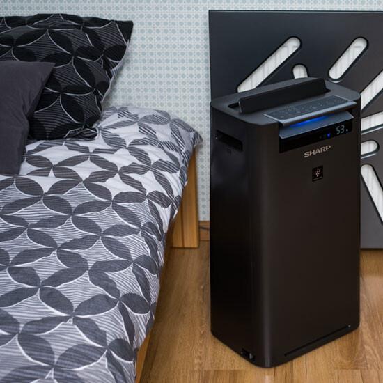 Oczyszczacz SHARP KCG40EUH stoi koło łóżka