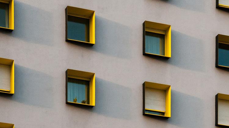 Okna w bloku mieszkalnym